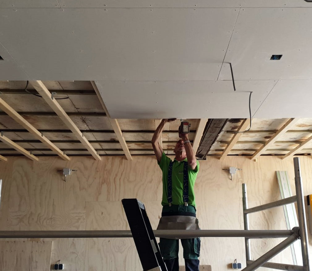 Nieuw plafond in een werkplaats