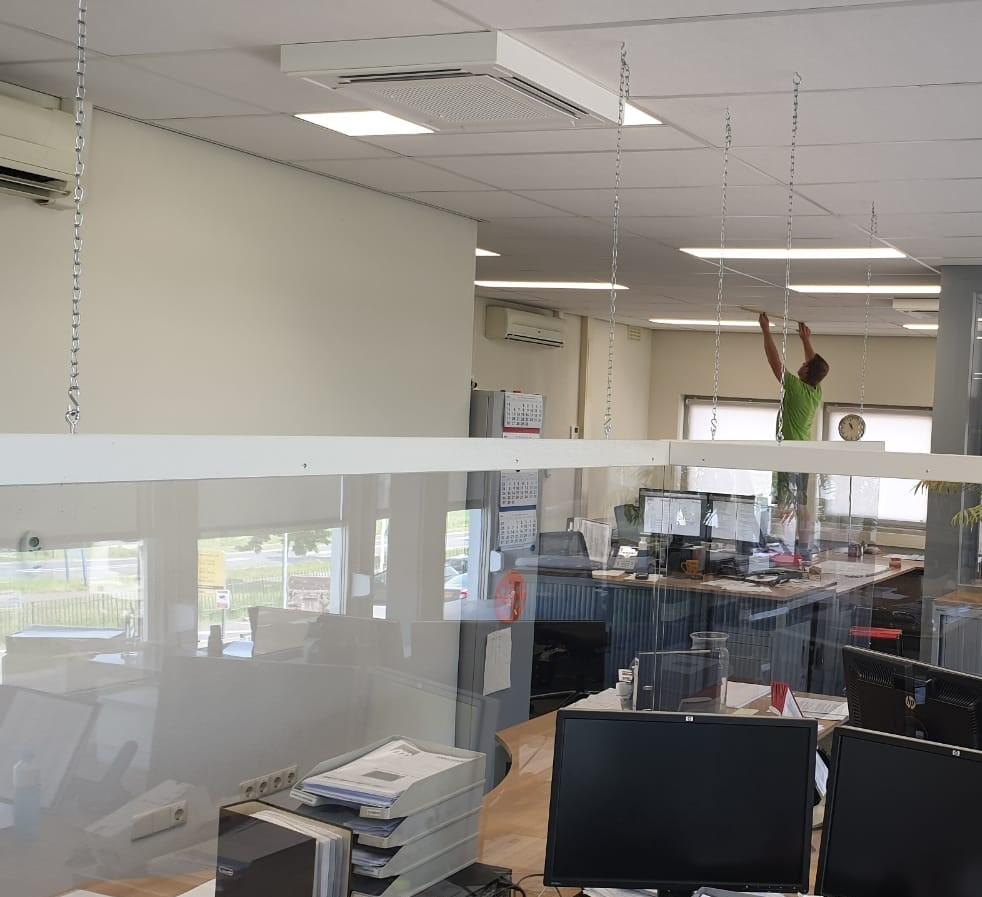 Uitrol plexiglas schermen werkplekken