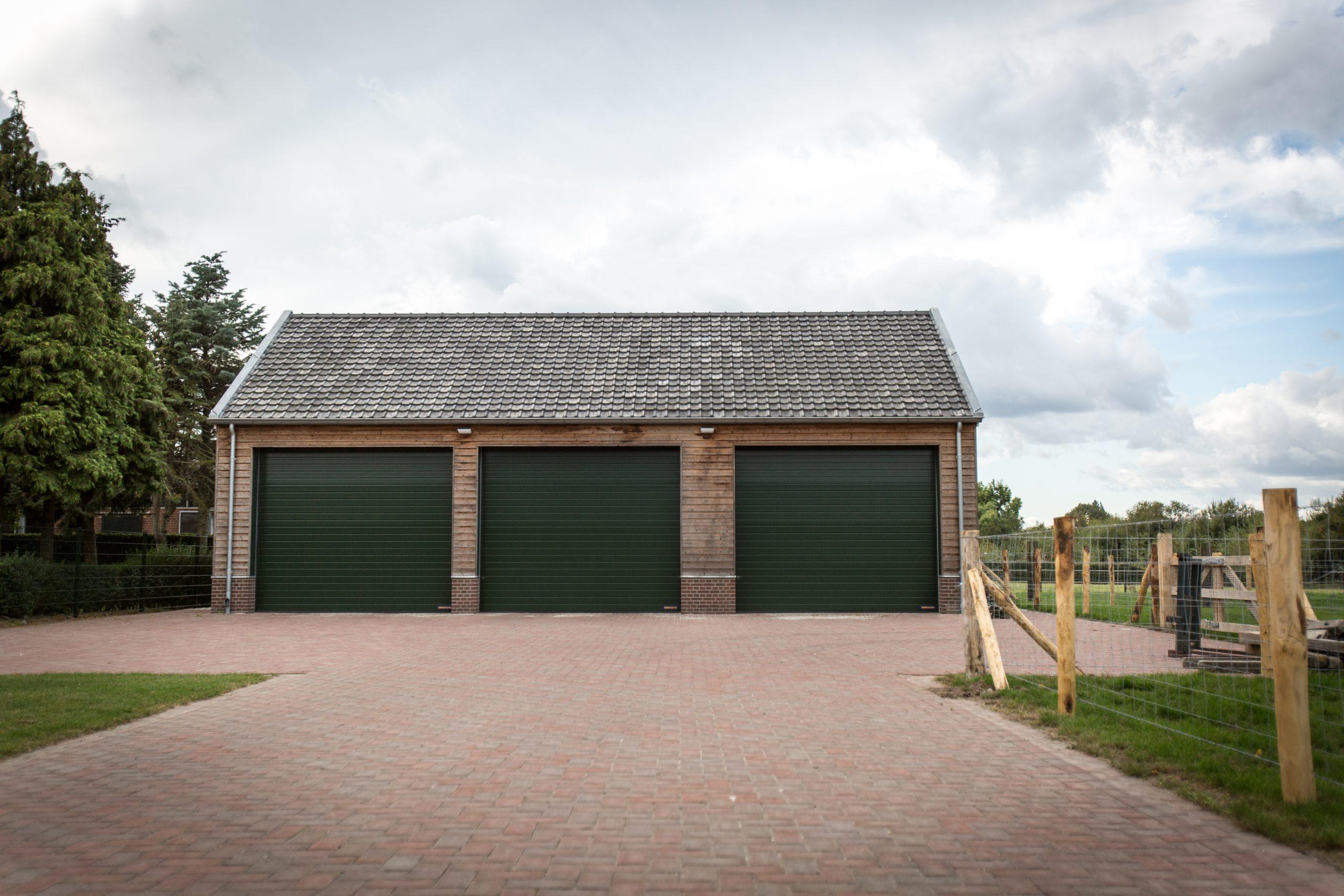 Garage met houten gevelbekleding