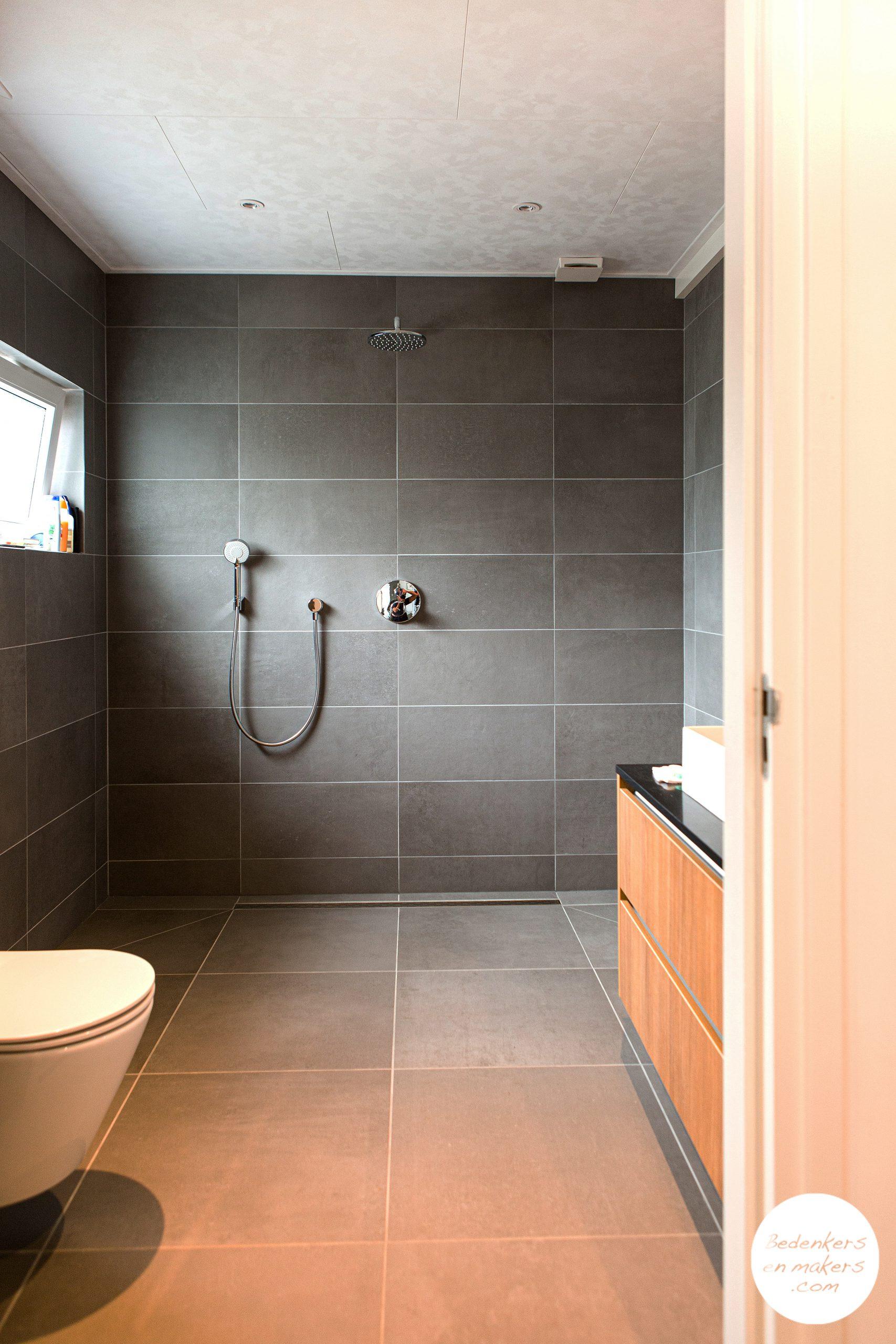 Levensloopbestendige badkamer op de begane grond met inloopdouche S20C172601